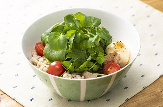 豚しょうが焼きともち麦ごはんの香りサラダのっけ ©カフェズ・キッチン