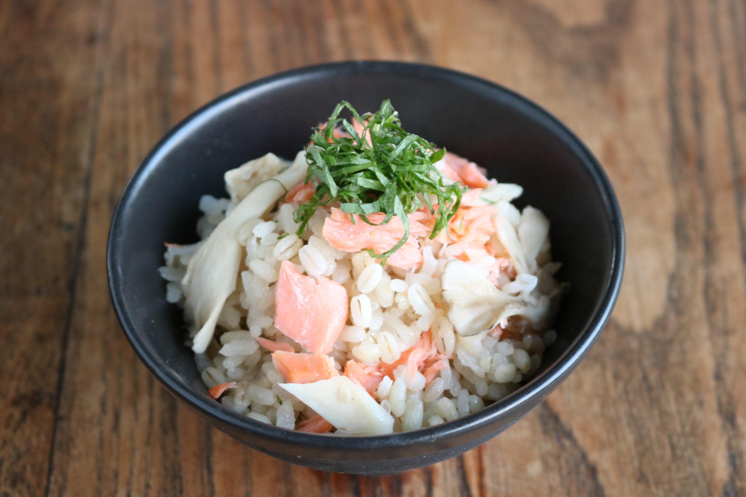 秋鮭と舞茸の炊き込み麦ごはん